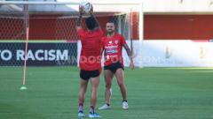 Indosport - Gelandang Bali United, Paulo Sergio punya latihan romantis untuk menjaga kondisi fisik selama jeda Liga 1 2020.