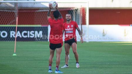 Gelandang Bali United, Paulo Sergio, bersama Stefano Lilipaly saat mengikuti sesi uji lapangan menjelang laga Liga 1 di Stadion Maguwoharjo, Selasa (5/11/19). Foto: Nofik Lukman Hakim - INDOSPORT