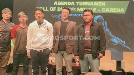 Tierison (dua dari kiri) hadir di pembukaan turnamen Call of Duty: Mobile (CoDM) Major Series 2019 di Jakarta, Senin (04/11/19). - INDOSPORT
