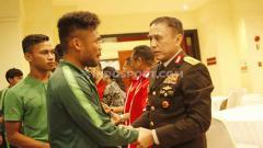 Indosport - Kunjungan Ketum PSSI, Mochamad Iriawan atau Iwan Bule ke skuat Timnas Indonesia U-23 di Hotel Sultan Senayan, Jakarta, Rabu (06/11/19) dan bersalaman dengan Saddil Ramdani serta Osvaldo Haay.