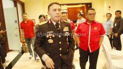 Indosport - Kunjungan Ketum PSSI, Mochamad Iriawan atau Iwan Bule ke skuat timnas Indonesia U-23 di Hotel Sultan Senayan, Jakarta, Rabu (6/11/19).