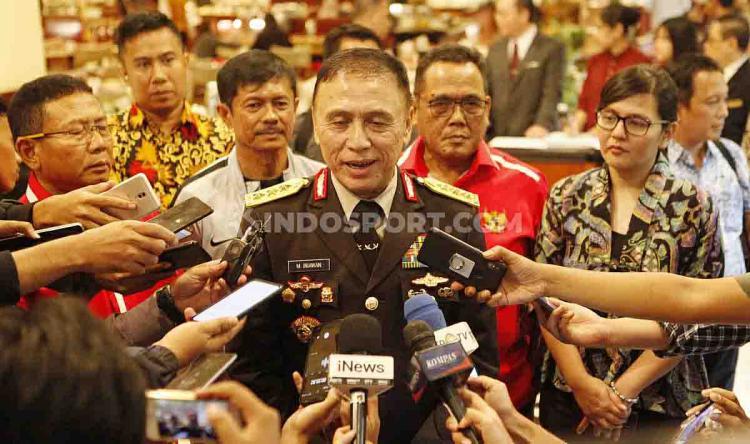 Kunjungan Ketum PSSI, Mochamad Iriawan atau Iwan Bule ke skuat Timnas Indonesia U-23 di Hotel Sultan Senayan, Jakarta, Rabu (06/11/19). Copyright: Herry Ibrahim/INDOSPORT