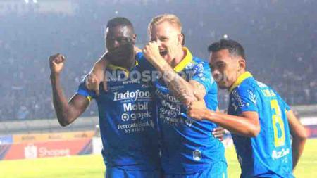 Hasil pertandingan sepak bola Shopee Liga 1 Indonesia 2019 antara Persib Bandung vs PSIS Semarang berakhir dengan skor 2-1 untuk kemenangan Maung Bandung. - INDOSPORT