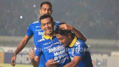 Indosport - Selebrasi gol Febri Hariyadi di laga Liga 1 antara Persib Bandung vs PSIS Semarang.