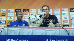 Indosport - Pelatih Persib Bandung, Robert Rene Alberts mengapresiasi kerja keras anak asuhnya, pada pertandingan kandang Shopee Liga 1 2019 menghadapi PSIS Semarang.