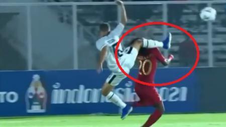 Detik-detik kepala Bagus Kahfi Ditendang pemain Timor Leste dalam laga perdana Timnas Indonesia U-19 di kualifikasi Piala Asia U-19 2020. - INDOSPORT