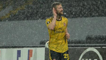 Di tengah guyuran hujan, Shkodran Mustafi sempat merayakan golnya tapi sayang Arsenal harus diimbangi Vitoria Guimares pada akhirnya - INDOSPORT