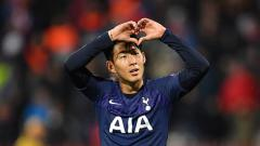 Indosport - Jose Mourinho memeluk bintang asal Korea Selatan, Son Heung-min, untuk pertama kalinya dalam sesi latihan klub Liga Inggris, Tottenham Hotspur.