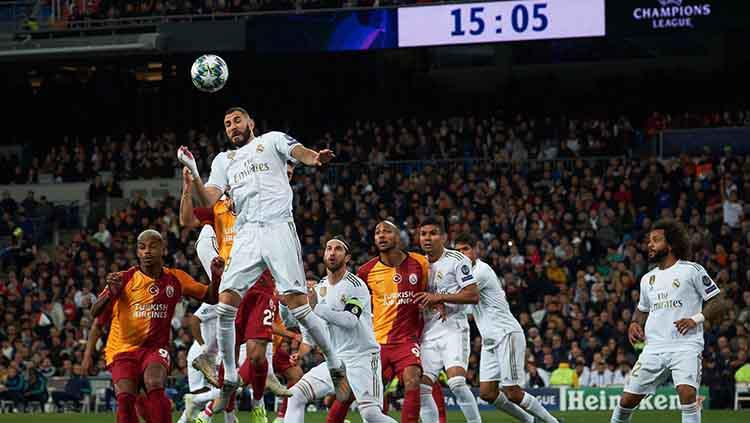 Karim Benzema berusaha untuk mendapatkan bola dari duel udara pada laga Liga Champions games ke-4 di Santiago Bernabeu Stadium Copyright: Xaume Olleros/Getty Images