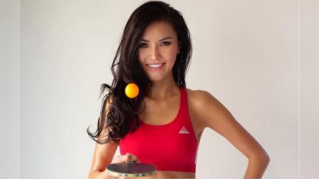 Soo Yeon Lee, model sekaligus atlet cantik hanya mengenakan bikini kala main tenis meja. - INDOSPORT