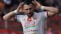 Indosport - Marko Simic berselebrasi usai mencetak gol ke gawang Semen Padang, Kamis (7/11/19).