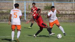 Indosport - Pertandingan antara Perseden Denpasar (putih) melawan Timor Leste U-22 (merah) dalam uji coba di Lapangan Samudra Legian, Badung, Rabu (06/11/19) lalu.
