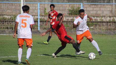 Pertandingan antara Perseden Denpasar (putih) melawan Timor Leste U-22 (merah) dalam uji coba di Lapangan Samudra Legian, Badung, Rabu (06/11/19) lalu. - INDOSPORT