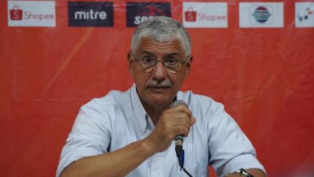 Pelatih Persija Jakarta, Edson Tavares, dalam sesi konferensi pers usai melawan Semen Padang dalam Liga 1 Pekan ke-27. - INDOSPORT