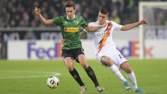 Indosport - Pemain AS Roma berusaha mengambil bola dari pemain Borussia Monchengladbach di laga Liga Europa