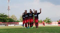 Indosport - Para pemain Persijap Jepara merayakan gol ke gawang Persinga Ngawi di Stadion Ketonggo, Minggu (3/11/19)