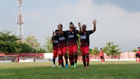Para pemain Persijap Jepara merayakan gol ke gawang Persinga Ngawi dalam pertandingan Liga 3 2019 di Stadion Ketonggo, Minggu (3/11/19) - INDOSPORT