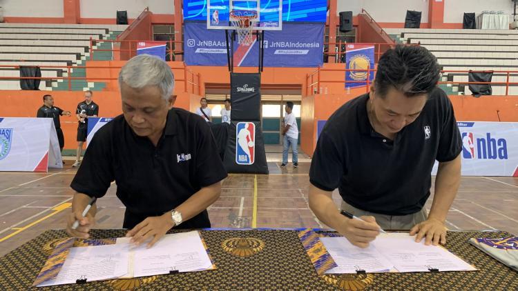 Associate Vice President, Marketing Partnership NBA Asia Jim Wong dan Kepala Dinas Pendidikan dan Kebudayaan Provinsi Jawa Tengah, Jumeri menandatangani nota kesepahaman terkait kolaborasi antara National Basketball Association (NBA) dan Pemerintah Provin Copyright: Rilis Resmi NBA
