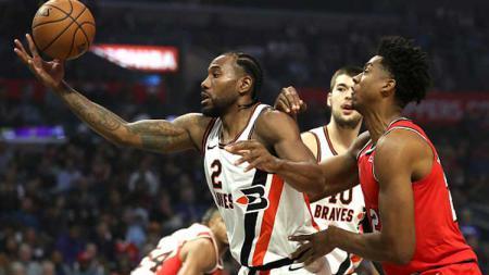 Bintang LA Clippers, Kawhi Leonard (kiri) dijaga ketat oleh pemain Portland Trail Blazers, Hassan Whiteside. - INDOSPORT