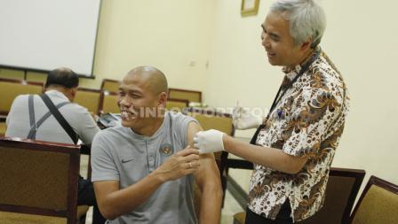 Asisten pelatih Timnas Indonesia U-23, Nova Arianto turut mengukuti proses suntik vaksin Jelang SEA Games 2019.
