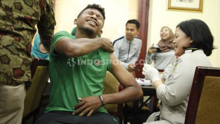 Rifad Marasabessy terlihat menahan sakit saat mendapat suntik vaksin jelang keberangkatan Timnas Indonesia U-23 ke SEA Games 2019.