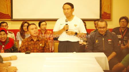 Menpora Zainudin Amali dan Ketum PSSI Mochamad Iriawan saat bertemu dengan Timnas putra dan Timnas putri. - INDOSPORT