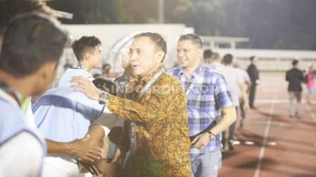 Ketum PSSI, Mochamad Iriawan saat menyalami pemain Timnas Indonesia U-19. - INDOSPORT