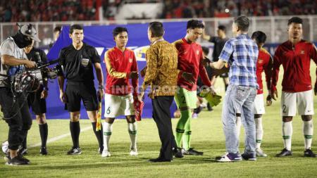 Ketum PSSI, Mochamad Iriawan saat menyalami skuat Timnas Indonesia U-19 di laga Pra Piala Asia U-19 lalu. - INDOSPORT
