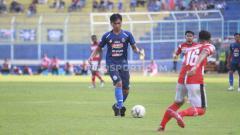 Indosport - Bergantinya waktu kick-off dari malam ke sore hari, membuat Arema FC mesti menanggung kerugian yang mencapai ratusan juta saat pertandingan melawan Madura United.