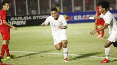 Indosport - Selebrasi pemain Timnas Indonesia U-19, Fajar Fathurrahman usai mencetak gol ke gawang Hong Kong pada Kualifikasi Piala Asia U-19 di Stadion Madya, Senayan, Jumat (08/11/19).