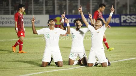 Selebrasi pemain Timnas Indonesia U-19, Bagas Kaffa bersama teman satu timnya usai mencetak gol ke gawang Hong Kong pada Kualifikasi Piala Asia U-19 di Stadion Madya, Senayan, Jumat (08/11/19). - INDOSPORT