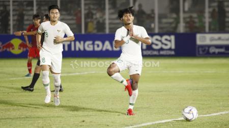 Selebrasi pemain Timnas Indonesia U-19, Bagus Kahfi usai mencetak gol penalti ke gawang Hong Kong pada Kualifikasi Piala Asia U-19 di Stadion Madya, Senayan, Jumat (08/11/19). - INDOSPORT