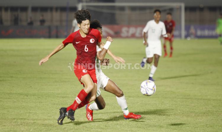 Duel pemain Hong Kong U-19 dengan pemain Timnas Indonesia U-19, pada Kualifikasi Piala Asia U-19 di Stadion Madya, Senayan, Jumat (08/11/19). Copyright: Herry Ibrahim/INDOSPORT