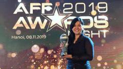 Indosport - Ratu Tisha mewakili PSSI menerima penghargaan dari AFF sebagai federasi terbaik di ASEAN tahun 2019.