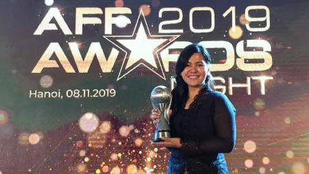 Ratu Tisha mewakili PSSI menerima penghargaan dari AFF sebagai federasi terbaik di ASEAN tahun 2019. - INDOSPORT