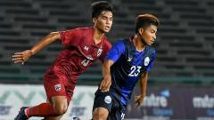 Indosport - Pemain Thailand dan Kamboja Berebut Bola di Kualifikasi Piala Asia U-19 2020