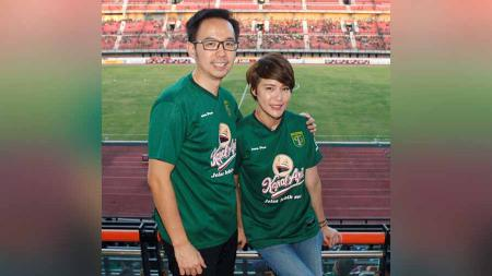 Presenter/aktris Olga Lydia dan suaminya Aris Utama yang menonton sepak bola kali pertama langsung jatuh cinta terhadap Persebaya. - INDOSPORT