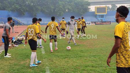 Skuat PSMS Medan tampak berlatih menggenakan masker saat menjalani latihan jelang babak 8 besar Liga 2 2019 di Stadion Bumi Sriwijaya, Palembang, Sabtu (9/11/2019) pagi. - INDOSPORT