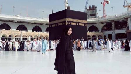 Angely Emythasari salah satu pedangdut yang taat beribadah sampai ke Mekkah.