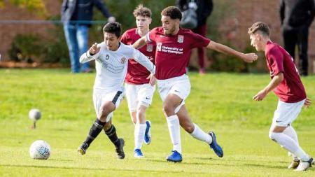 Pemain Garuda Select, Alfriyanto Nico Saputro berusaha melewati lawan dengan menggiring bola di Inggris - INDOSPORT
