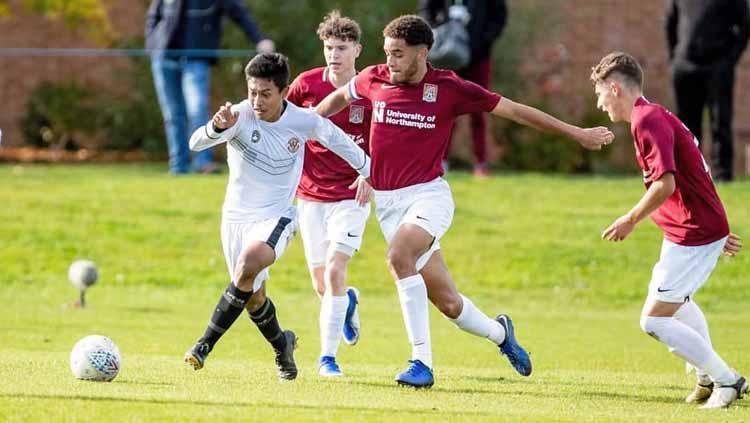 Alfriyanto Nico Saputro berusaha melewati lawan dengan menggiring bola di Inggris Copyright: niko_alfriyan