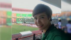 Indosport - Presenter Olga Lydia mengenakan jersey Persebaya Surabaya ketika hadir langsung di Stadion Gelora Bung Tomo.
