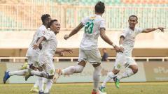 Indosport - Selebrasi pemain Persebaya Surabaya, Rendi bersama teman satu timnya usai mencetak gol ke gawang Tira-Persikabo pada Liga 1 di Stadion Pakansari, Bogor, Sabtu (09/11/19).