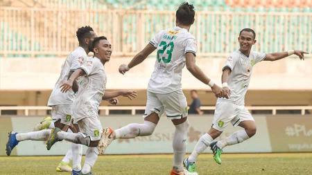 Selebrasi pemain Persebaya Surabaya, Rendi bersama teman satu timnya usai mencetak gol ke gawang Tira-Persikabo pada Liga 1 di Stadion Pakansari, Bogor, Sabtu (09/11/19). - INDOSPORT