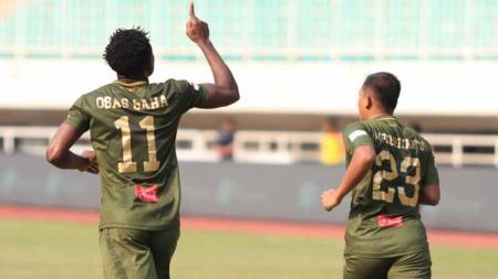 Selebrasi pemain Tira-Persikabo, Osas Saha usai mencetak gol ke gawang Persebaya Surabaya pada Liga 1 di Stadion Pakansari, Bogor, Sabtu (09/11/19). - INDOSPORT