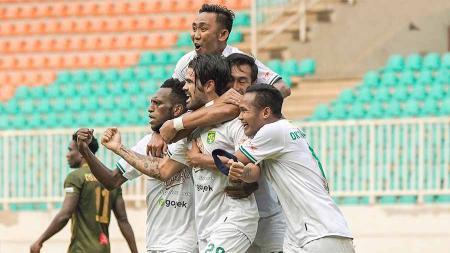 Selebrasi pemain Persebaya Surabaya, Aryn Williams bersama teman satu timnya usai mencetak gol ke gawang Tira-Persikabo pada Liga 1 di Stadion Pakansari, Bogor, Sabtu (09/11/19). - INDOSPORT