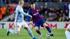 Indosport - Lionel Messi saat melindungi bola dari rebutan pemain Celta Vigo.