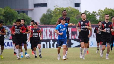 PSM Makassar menggelar official training di Stadion Tuah Pahoe, Palangkaraya, Sabtu (9/11/19). - INDOSPORT