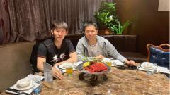 Indosport - Hendra Setiawan dan Liu Yuchen saat dinner bareng usai Fuzhou China Open 2019.