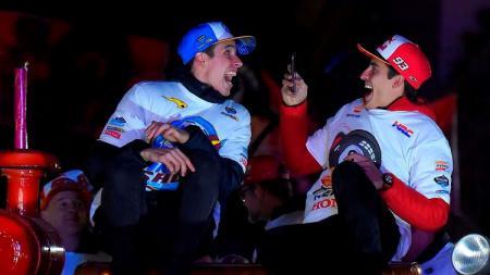 Duo kakak-beradik di MotoGP, Marc Marquez dan Alex Marquez, terlihat menggemaskan saat berjoget TikTok. - INDOSPORT